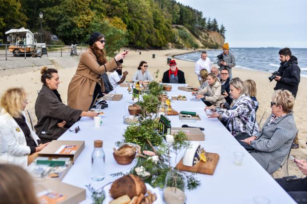 Akcja promocyjna ogólnopolskiego kulinarnego festiwalu Celebracje & Degustacje na plaży w Gdyni Orłowie