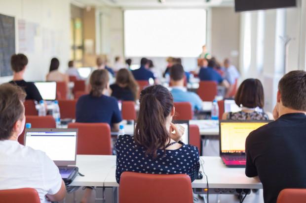 W związku z aktualną sytuacją epidemiczną Ministerstwo Edukacji i Nauki przewiduje powrót do prowadzenia kształcenia w uczelniach.