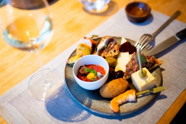 Treinta y Tres to kulinarna podróż przez wiele regionów Hiszpanii. Podczas Tapas Night mogliśmy poznać niektóre z nich.