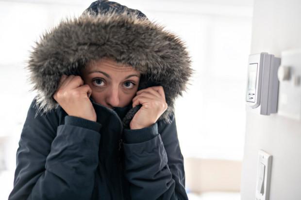 Zanim ogrzewanie zacznie działać na dobre, wieczorami w mieszkaniach bywa naprawdę zimno. Warto poszukać rozwiązania, zamiast marznąć.