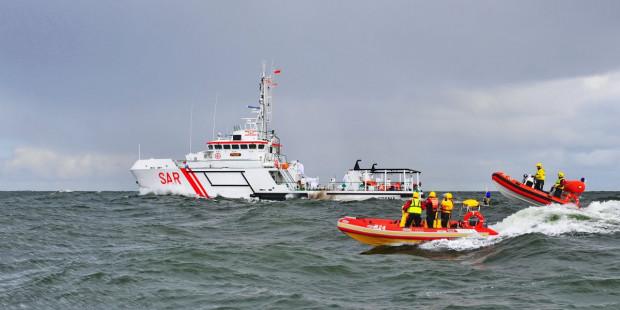 Do zadań SAR należy poszukiwanie i ratowanie każdej osoby znajdującej się w niebezpieczeństwie na morzu oraz zwalczanie zagrożeń i zanieczyszczeń olejowych czy chemicznych środowiska morskiego.