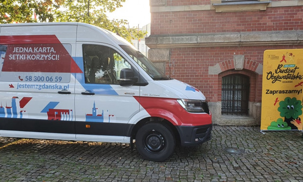 Po gdańskich dzielnicach jeździć będą dwa takie busy. Będzie można w nich zagłosować i wyrobić kartę mieszkańca.