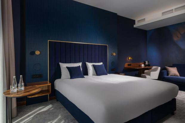 - Blue Dream to pokój snu - tłumaczono gościom podczas zwiedzania. - W sam raz na krótki pobyt podczas lub po intensywnej i wymagającej pracy. W tym pokoju śpi się najdłużej, a o poranku wstaje dobrze wypoczętym. Pokój ten polecany jest osobom, których pobyt związany jest z wymagającą pracą lub dużym obciążeniem stresu.