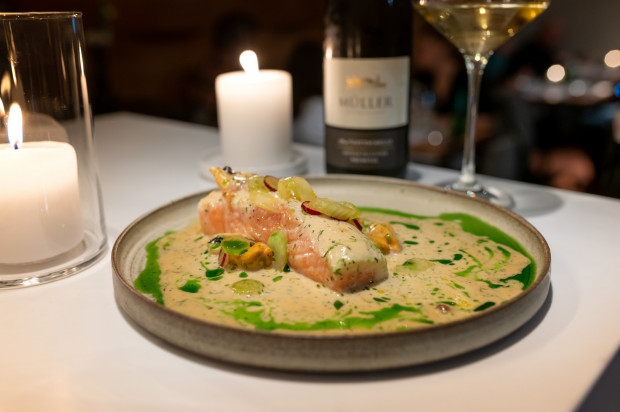 Pierwszym daniem głównym była propozycja rybna - łosoś szkocki, mule, wasabi, winogrona, seler naciowy.