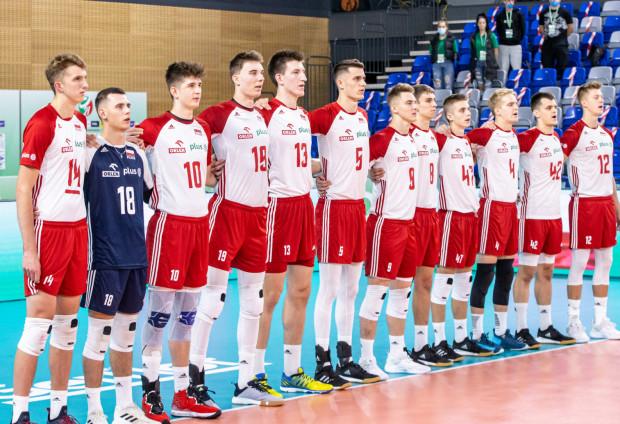 Reprezentacja Polski siatkarzy U-21 z Karolem Urbanowiczem (pierwszy od prawej) z Trefla Gdańsk.