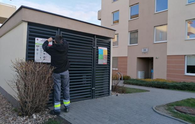 Na altanach śmietnikowych w Gdańsku wywieszono plansze informacyjne o tym, jak segregować śmieci oraz o kampanii #gdanskiealtany.