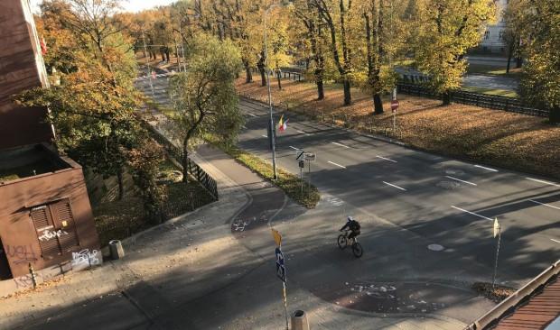 Przed zamontowaniem barierek, rowerzyści często skracali sobie drogę przez skrzyżowanie.