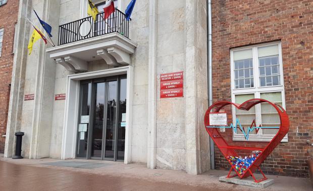 Serce na nakrętki stoi przed Urzędem Marszałkowskim w Gdańsku. W BO jest projekt zakładający, że taki pojemnik pojawi się w każdej dzielnicy.