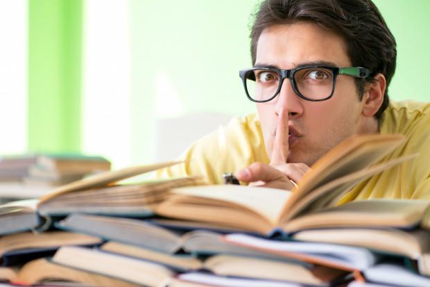 Zakazane książki wzbudzały kontrowersje, oburzenie i protesty. Czy słusznie się ich obawiano? Czy dziś istnieją takie zakazane tytuły? Szukamy odpowiedzi z trójmiejskimi wydawcami, pisarzami i bibliotekarzami.