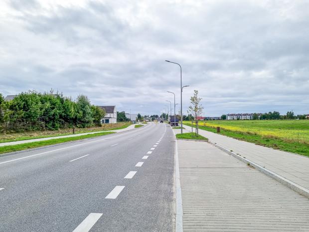 Ulica Raatza została zaprojektowana i zbudowana z myślą o zwartej miejskiej zabudowy z usługami w parterach, która w obowiązujących planach nie jest przewidziana.