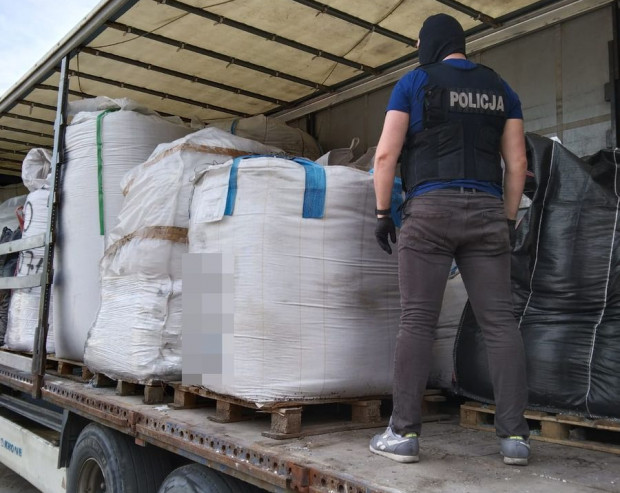 Odpady znaleziono na terenie Gdańska i Gdyni.