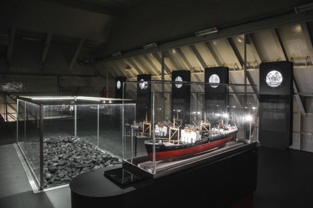 """W sobotę, 9 października, od 12:00 do 18:00 wielkie otwarcie nowej wystawy stałej na statku-muzeum """"Sołdek"""". Z tej okazji organizatorzy przygotują festyn rodzinny. Wśród atrakcji będą marynarze na szczudłach, a statek będzie można zwiedzić za symboliczną złotówkę."""