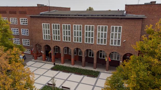 - Szkoła przy ul. Pestalozziego jest bliższa historycznej zabudowie Gdańska - nieotynkowana cegła, zachowana symetria, wyodrębnienie brył - zaznacza prof. Szczepański.