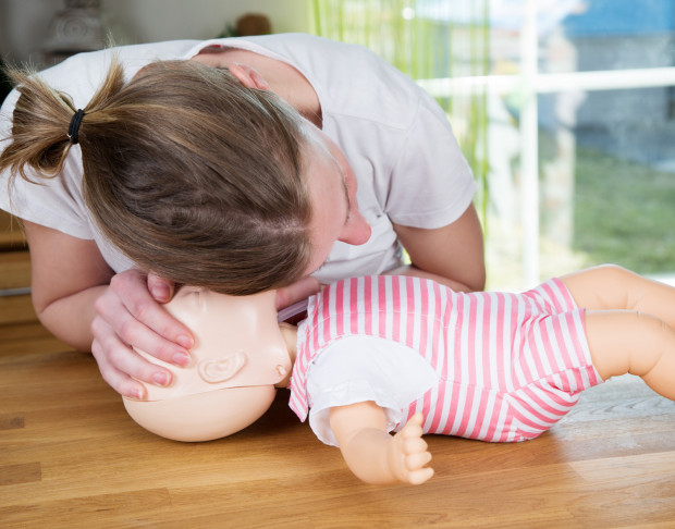 """Dziecko to nie """"mały dorosły"""", więc udzielanie pomocy najmłodszym wygląda inaczej niż osobom starszym."""