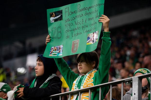 Transparenty z prośbą o sprezentowanie koszulki przez piłkarza często pojawiają się na stadionach. Pozyskanie takiej zdobyczy udaje się jednak nielicznym.