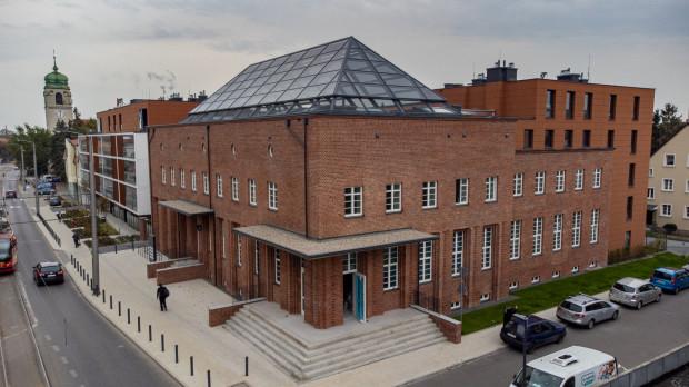 W odnowionym budynku poczty przy ul. Mickiewicza odnajdziemy detale ekspresjonizmu ceglanego.