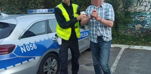 Policjanci zatrzymali mężczyznę, który - jak informują - był pod wpływem alkoholu.