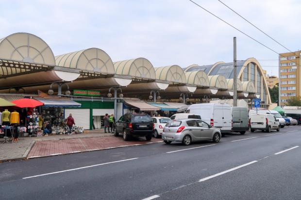 Samochody i miejsca parkingowe w okolicach Hal Targowych Gdynia