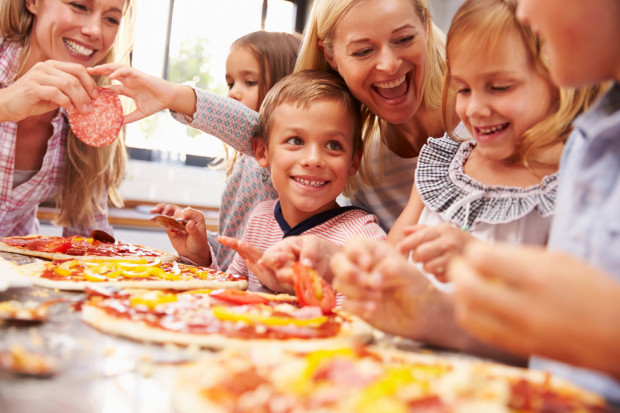 Jeśli dzieci chętnie pomagają w kuchni i ciekawi je łączenie smaków, może warto w nich rozwijać te zainteresowania podczas warsztatów kulinarnych.