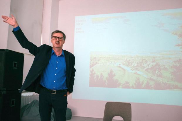 Jakub Szczepański podczas wykładu na temat historii Wrzeszcza.