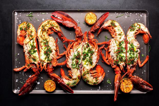 Homar to król mórz, jest kwintesencją smaku owoców morza. Intensywnie morska ikra i kremowa wątroba to największy rarytas. Homara zjemy m.in. w restauracji True.