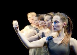 """""""Fast Act - Sztuka Znikania"""" Sopockiego Teatru Tańca to przede wszystkim zespołowość i współpraca szóstki tancerzy."""