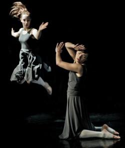 Oprócz licznych synchronicznych układów zbiorowych każdy tancerz wystąpił w duetach. Na zdjęciu autorka koncepcji, scenariusza, reżyserii i tancerka Joanna Czajkowska (w wyskoku) oraz Maria Miotk.
