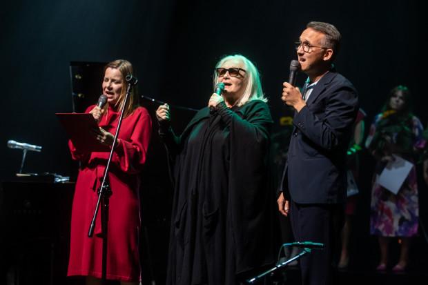 """Jury konkursu: Agata Kulesza, Magda Umer, Jan Emil Młynarski podczas wykonania piosenki """"Jeszcze w zielone gramy""""."""