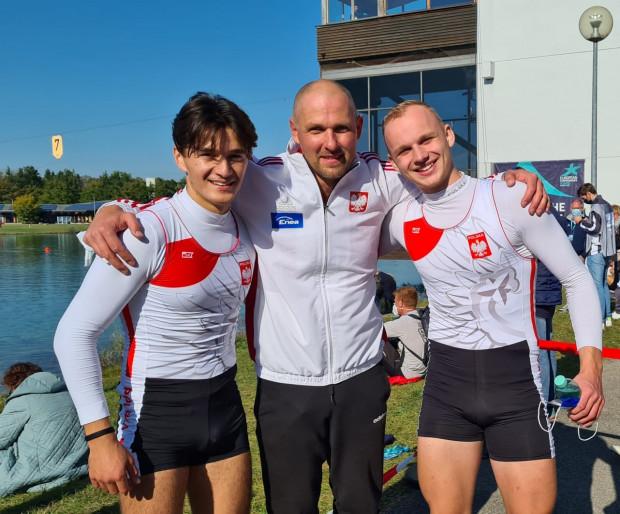 Od lewej: Daniel Gałęza, trener Tomasz Bykowski i Mikołaj Kulka. Ten zespół w niespełna miesiąc zapracował na brąz mistrzostw świata i złoto mistrzostw Europy w kategorii juniorów.