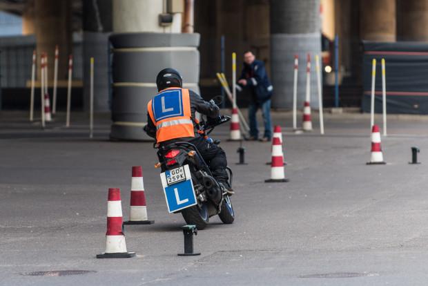 Egzaminy praktyczne na motocyklowe kategorie zakończą się ostatniego dnia października. Wznowienie egzaminowania nastąpi prawdopodobnie 1 kwietnia 2022 roku.