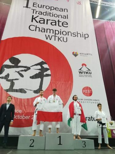 Mateusz Prondziński (pierwszy z lewej) trenuje karate ponad 10 lat.