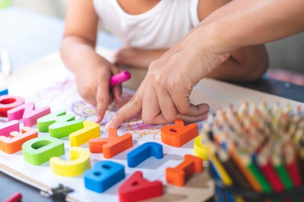 Specjaliści są zgodni, że im szybciej dziecko zacznie naukę języka obcego, tym lepiej.