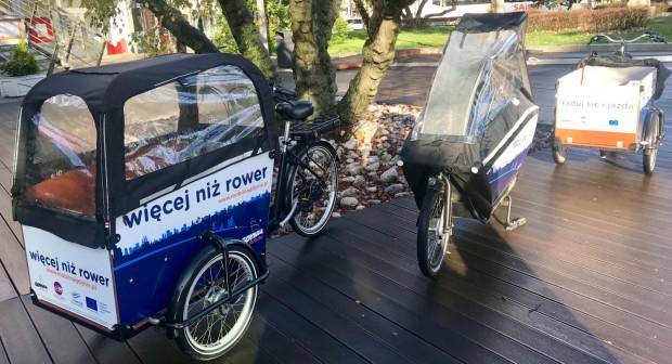 Rowery są wyposażone w namioty przeciwdeszczowe.