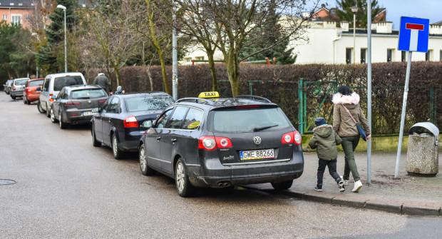Mniej dzieci odwożonych samochodami do szkoły, to także mniej korków na drogach, nie tylko przed szkołami.