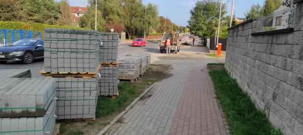 Zatoki parkingowe przy ul. Myśliwskiej powstają kosztem trawnika i chodnika. Zapewnią miejsca postojowe przy prywatnych lokalach usługowych.