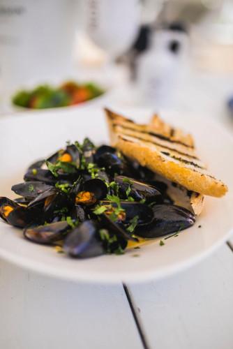Goście cenią White Marlin nie tylko za piękną lokalizację, zadaszony taras, prywatną plażę, skandynawski design, ale przede wszystkim za potrawy wykonane wyłącznie ze świeżych owoców morza.