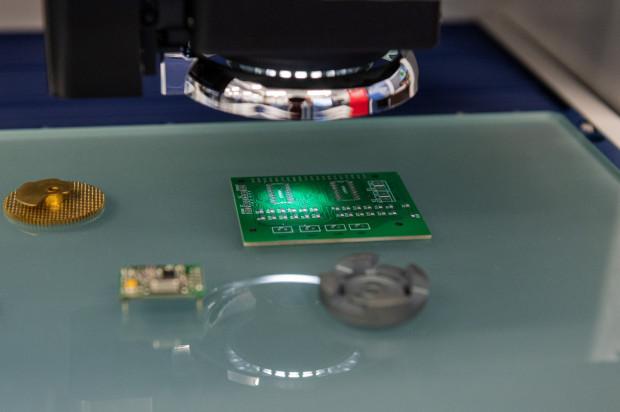 To są maszyny pomiarowe służące do kontroli wyrobów - wymiarów, kształtu, powierzchni.