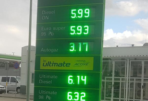 Rekordowe ceny paliw w hurcie windują ceny na stacjach benzynowych.
