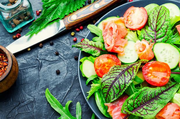 Śniadania i kolacje najlepiej komponować tak, aby znalazły się w nich białko, tłuszcz i węglowodany.