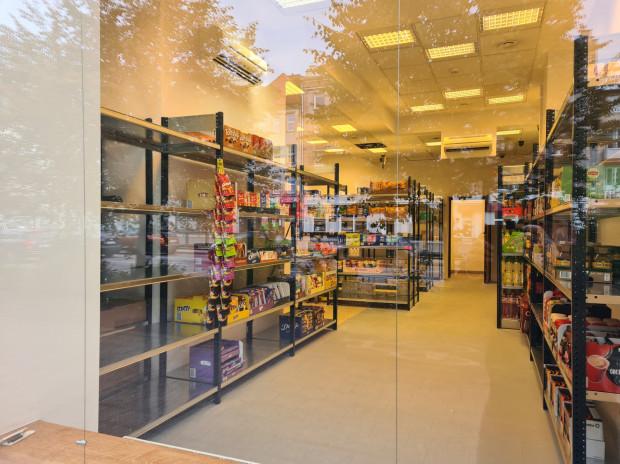 Dark store przy al. Grunwaldzkiej z pozoru wygląda jak zwykły sklep. Ale takim nie jest. Można w nim coś kupić, ale tylko przez internet a samo zamówienie przywiezie nam kurier.