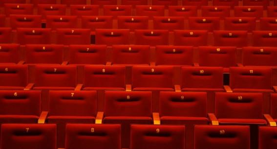 Po szaleństwach na sylwestrowych imprezach warto pójść do teatru. Miejsca na pewno będą.