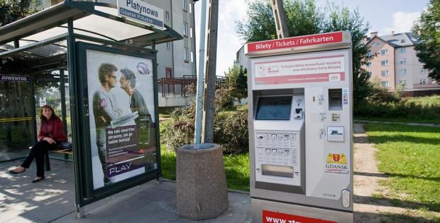 Użytkownicy najstarszych kart miejskich nie mogą przedłużyć biletów długookresowych w biletomatach, bo te nie potrafią poradzić sobie z terminem ważności ulgi na przejazdy.