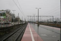 Nawierzchnia peronu wykonana została ze zwykłej kostki, co znacznie utrudnia utrzymanie w czystości.