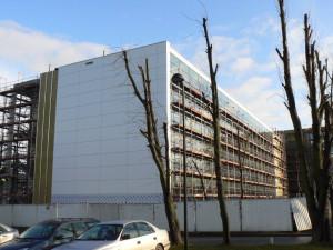 Budowa Opera Office jest zaawansowana - z dnia na dzień przybywa okładzin zewnętrznych.