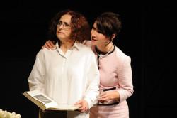 Pod powierzchowną sympatią małżeństwa Reille do państwa Houllié kryje się poczucie wyższości. Kobieca solidarność tym razem umożliwia jedynie krótkotrwałe sojusze. Na zdjęciu Elżbieta Mrozińska (z lewej) i Monika Babicka.