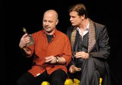 Panowie (od prawej: Michel Houllié, czyli Bogdan Smagacki i  Alain Reille, czyli Szymon Sędrowski) bez względu na to, ile ich dzieli, przy odrobinie dobrego alkoholu zawsze są w stanie znaleźć wspólny język.