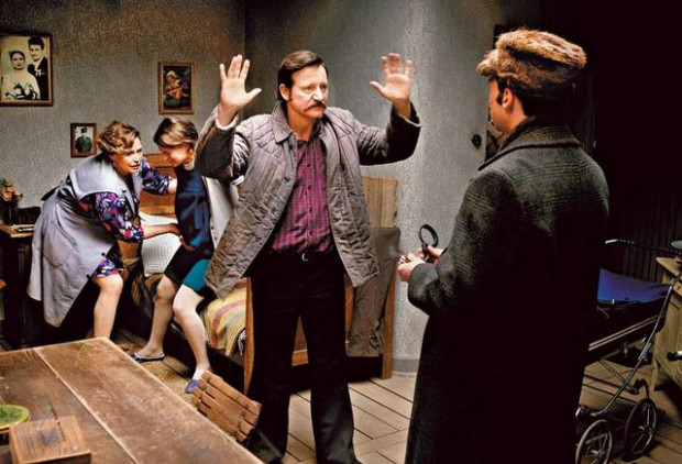 """Kadr z filmu """"Wałęsa"""" w reżyserii Andtrzeja Wajdy. Scena zatrzymania przez SB-eków"""