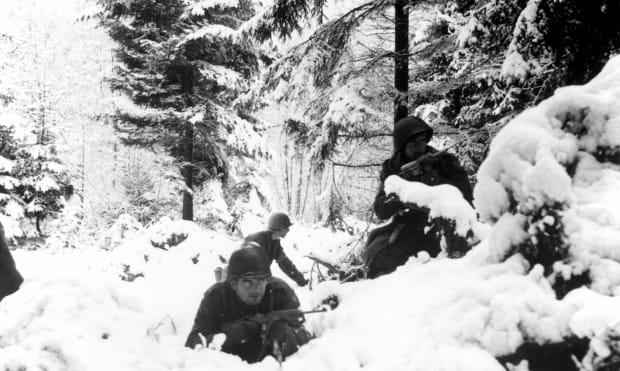 Żołnierze aliantów na pozycjach w Ardenach. Czy do  czasu inscenizacji utrzyma się śnieg w Trójmieście?