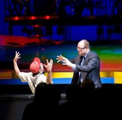 Klaun Eddie podczas swojego częściowo improwizowanego występu nie raz był w prawdziwych opałach, jednak za każdym razem potrafił rozśmieszyć publiczność do łez. W jego show wziął udział m.in. prezydent Gdańska Paweł Adamowicz.