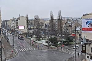 Widok współczesny na skwer Żeromskiego, u zbiegu ul. Świętojańskiej i 10 Lutego w Gdyni.